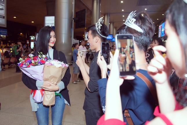 Kiều Loan bật khóc nức nở giữa sân bay khi nhận món quà ý nghĩa từ fan ảnh 1