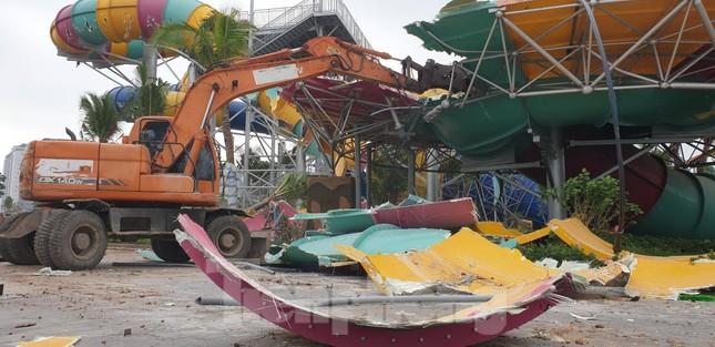 Huy động hơn 100 người tháo dỡ công viên nước lớn nhất Hà Nội ảnh 2