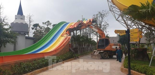 Huy động hơn 100 người tháo dỡ công viên nước lớn nhất Hà Nội ảnh 1