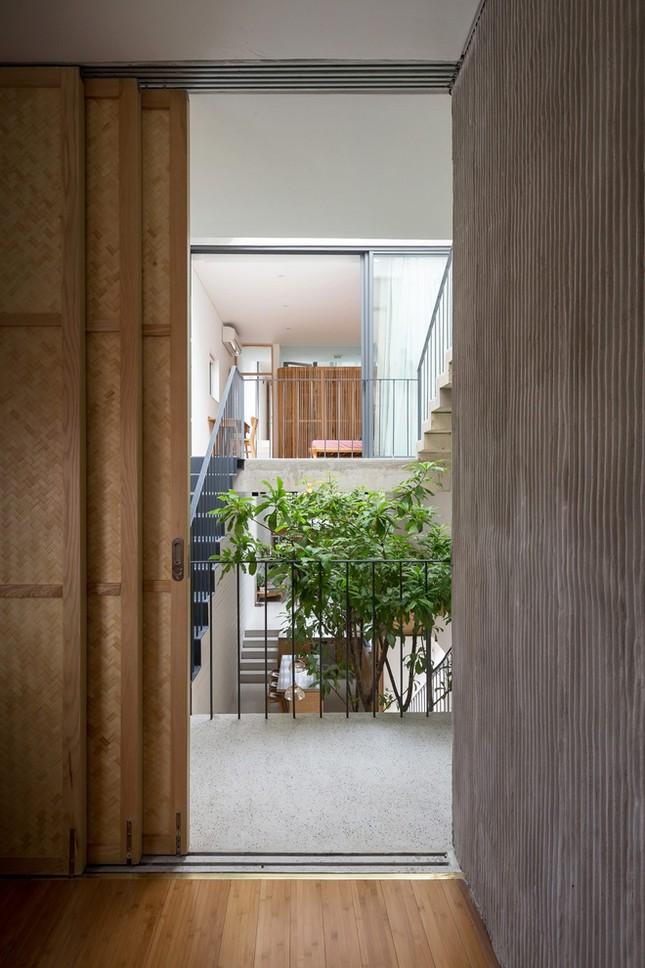 Độc đáo ngôi nhà với thiết kế 2 lớp mặt tiền chống khói bụi ở Hà Nội ảnh 13