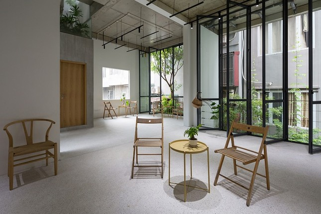 Độc đáo ngôi nhà với thiết kế 2 lớp mặt tiền chống khói bụi ở Hà Nội ảnh 15