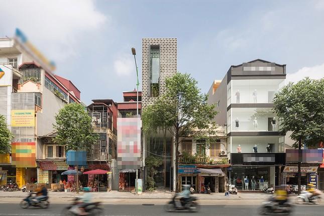 Độc đáo ngôi nhà với thiết kế 2 lớp mặt tiền chống khói bụi ở Hà Nội ảnh 1