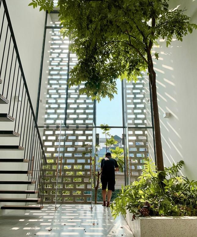 Độc đáo ngôi nhà với thiết kế 2 lớp mặt tiền chống khói bụi ở Hà Nội ảnh 4