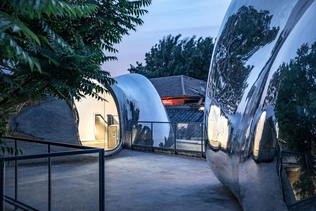 Nhà mái hình 'bong bóng' bằng thép không gỉ nổi bật trong khu phố cổ ảnh 1