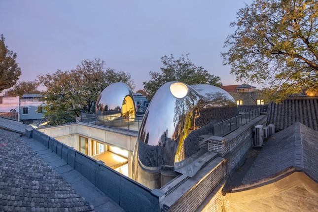 Nhà mái hình 'bong bóng' bằng thép không gỉ nổi bật trong khu phố cổ ảnh 2