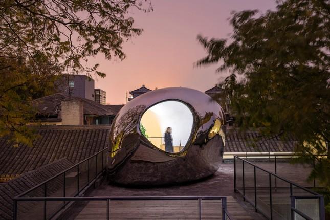 Nhà mái hình 'bong bóng' bằng thép không gỉ nổi bật trong khu phố cổ ảnh 3