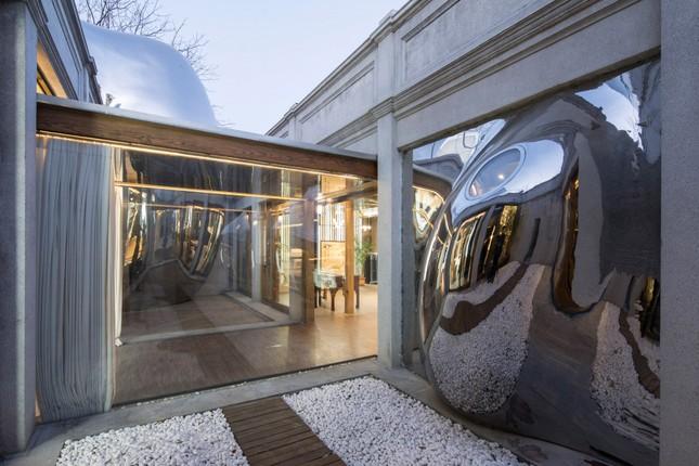 Nhà mái hình 'bong bóng' bằng thép không gỉ nổi bật trong khu phố cổ ảnh 5