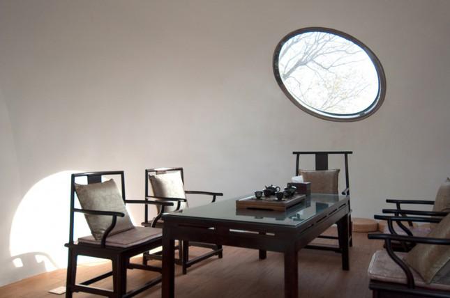 Nhà mái hình 'bong bóng' bằng thép không gỉ nổi bật trong khu phố cổ ảnh 6