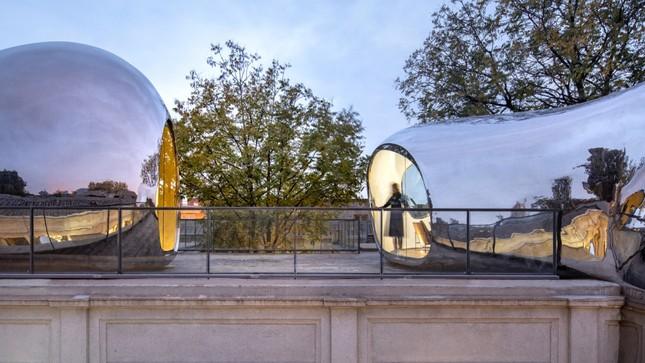 Nhà mái hình 'bong bóng' bằng thép không gỉ nổi bật trong khu phố cổ ảnh 8