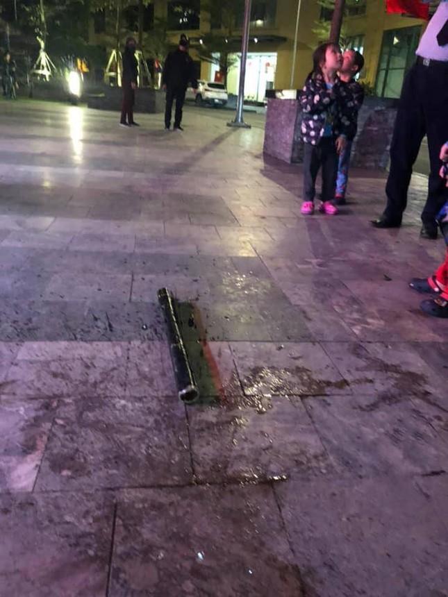 Cư dân chung cư Hà Nội hoảng hồn vì điếu cày rơi từ tầng cao ảnh 2