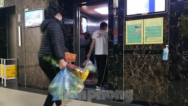 Dân chung cư Hà Nội nháo nhác mua đồ tích trữ phòng dịch Covid-19 ảnh 7