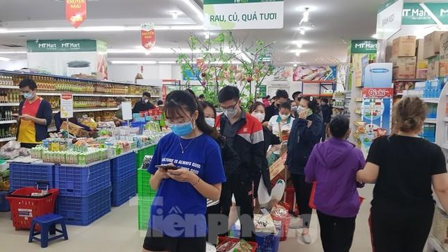 Dân chung cư Hà Nội nháo nhác mua đồ tích trữ phòng dịch Covid-19 ảnh 1