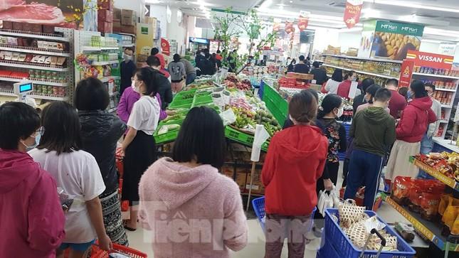 Dân chung cư Hà Nội nháo nhác mua đồ tích trữ phòng dịch Covid-19 ảnh 2