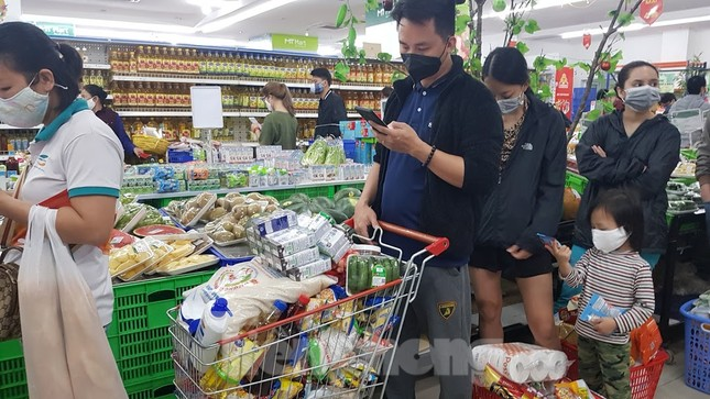 Dân chung cư Hà Nội nháo nhác mua đồ tích trữ phòng dịch Covid-19 ảnh 4