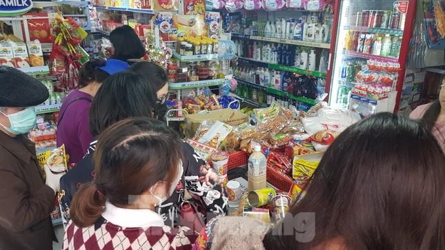 Dân chung cư Hà Nội nháo nhác mua đồ tích trữ phòng dịch Covid-19 ảnh 9