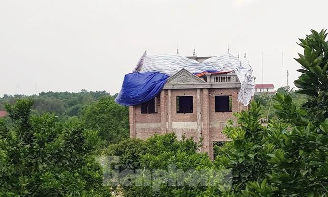 Biệt thự khủng 'mọc' trên đồi ở Ba Vì, bãi xe cao tầng biến thành chung cư ảnh 1