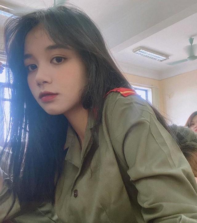 Nữ sinh Ngân hàng 'gieo thương nhớ' trong trang phục quân sự ảnh 2