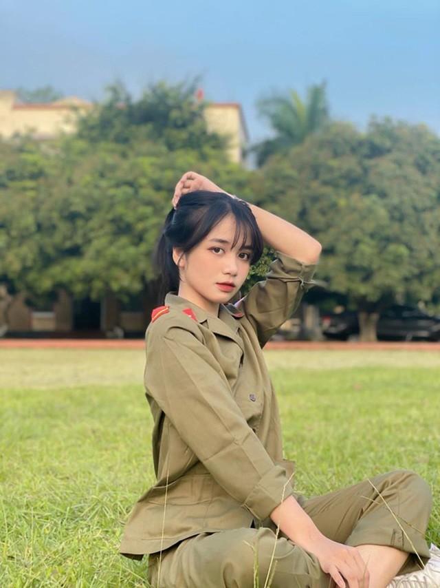 Nữ sinh Ngân hàng 'gieo thương nhớ' trong trang phục quân sự ảnh 1