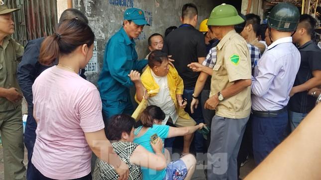 Cả trăm người 'giải cứu' khu dân cư ngập nước thải ảnh 2