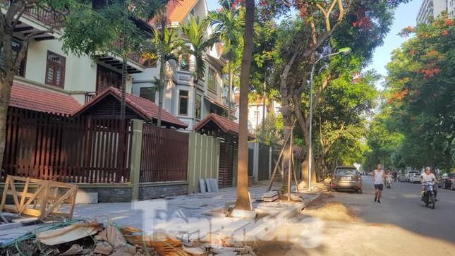 Cận cảnh biệt thự đô thị mẫu Hà Nội 'đua nhau' thay cây xanh, lát vỉa hè sai quy hoạch ảnh 1