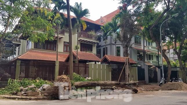 Cận cảnh biệt thự đô thị mẫu Hà Nội 'đua nhau' thay cây xanh, lát vỉa hè sai quy hoạch ảnh 3