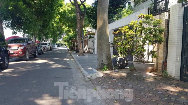 Cận cảnh biệt thự đô thị mẫu Hà Nội 'đua nhau' thay cây xanh, lát vỉa hè sai quy hoạch ảnh 10