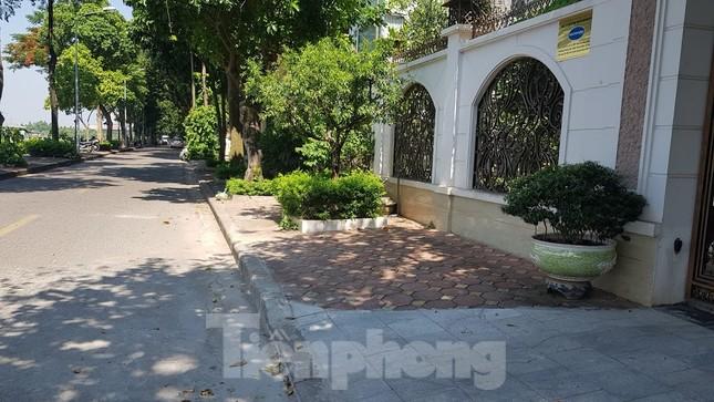 Cận cảnh biệt thự đô thị mẫu Hà Nội 'đua nhau' thay cây xanh, lát vỉa hè sai quy hoạch ảnh 22