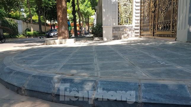 Cận cảnh biệt thự đô thị mẫu Hà Nội 'đua nhau' thay cây xanh, lát vỉa hè sai quy hoạch ảnh 18