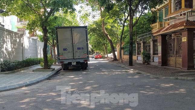 Cận cảnh biệt thự đô thị mẫu Hà Nội 'đua nhau' thay cây xanh, lát vỉa hè sai quy hoạch ảnh 19