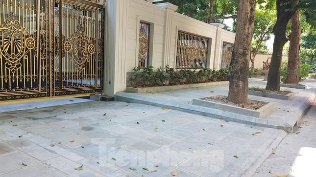 Cận cảnh biệt thự đô thị mẫu Hà Nội 'đua nhau' thay cây xanh, lát vỉa hè sai quy hoạch ảnh 20