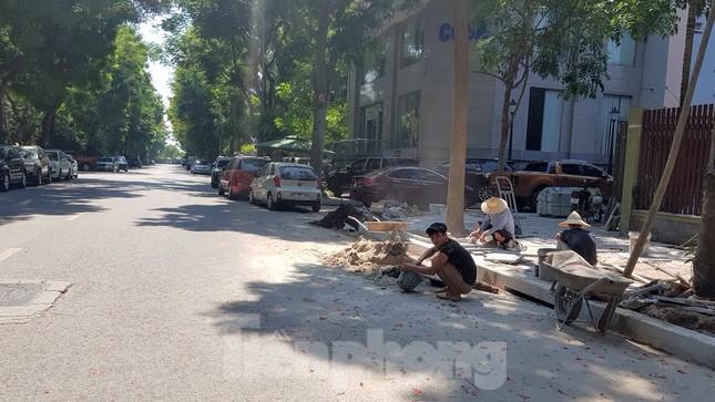 Cận cảnh biệt thự đô thị mẫu Hà Nội 'đua nhau' thay cây xanh, lát vỉa hè sai quy hoạch ảnh 5