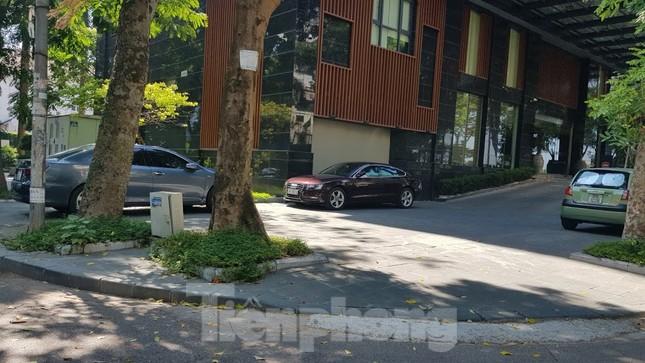 Cận cảnh biệt thự đô thị mẫu Hà Nội 'đua nhau' thay cây xanh, lát vỉa hè sai quy hoạch ảnh 17