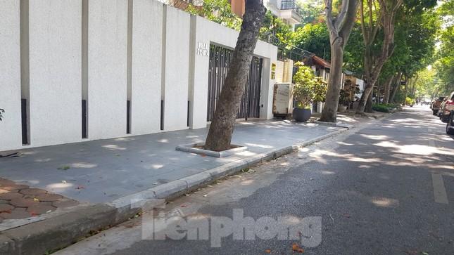 Cận cảnh biệt thự đô thị mẫu Hà Nội 'đua nhau' thay cây xanh, lát vỉa hè sai quy hoạch ảnh 9