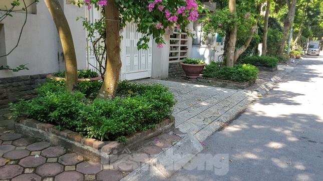 Cận cảnh biệt thự đô thị mẫu Hà Nội 'đua nhau' thay cây xanh, lát vỉa hè sai quy hoạch ảnh 23