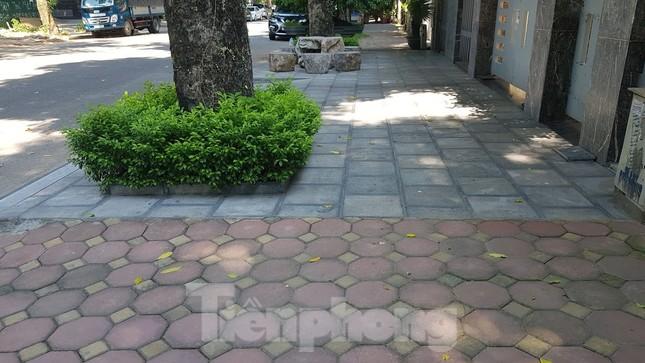 Cận cảnh biệt thự đô thị mẫu Hà Nội 'đua nhau' thay cây xanh, lát vỉa hè sai quy hoạch ảnh 25