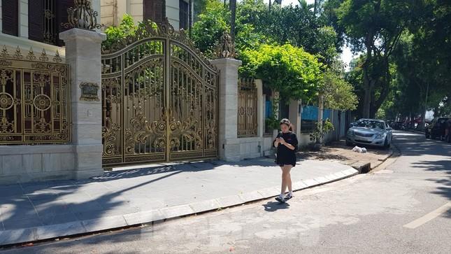 Cận cảnh biệt thự đô thị mẫu Hà Nội 'đua nhau' thay cây xanh, lát vỉa hè sai quy hoạch ảnh 7