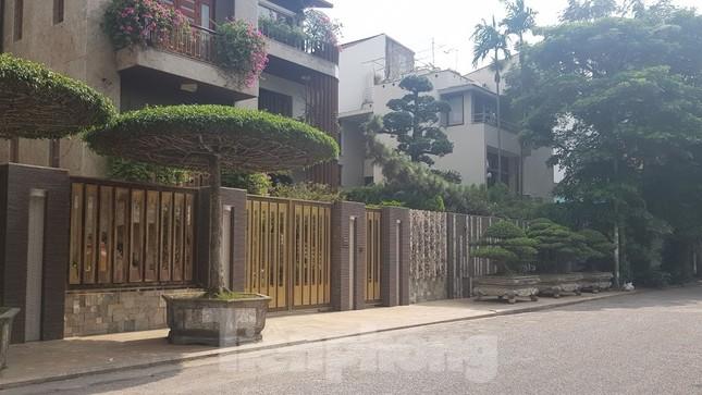 Cận cảnh biệt thự đô thị mẫu Hà Nội 'đua nhau' thay cây xanh, lát vỉa hè sai quy hoạch ảnh 16