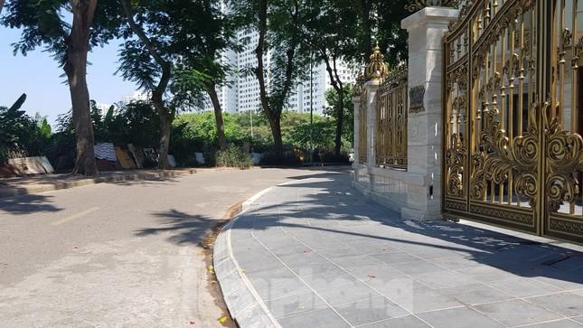 Cận cảnh biệt thự đô thị mẫu Hà Nội 'đua nhau' thay cây xanh, lát vỉa hè sai quy hoạch ảnh 8
