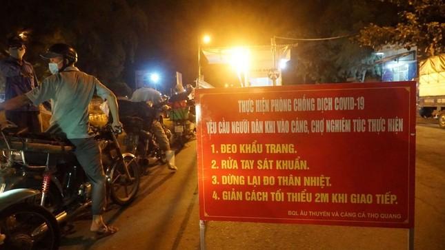 Ngư dân Đà Nẵng xếp hàng 'xuyên đêm' chờ lấy mẫu xét nghiệm ảnh 2