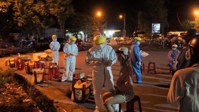 Ngư dân Đà Nẵng xếp hàng 'xuyên đêm' chờ lấy mẫu xét nghiệm ảnh 4