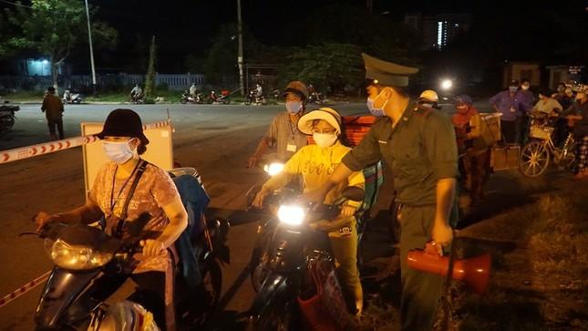 Ngư dân Đà Nẵng xếp hàng 'xuyên đêm' chờ lấy mẫu xét nghiệm ảnh 7