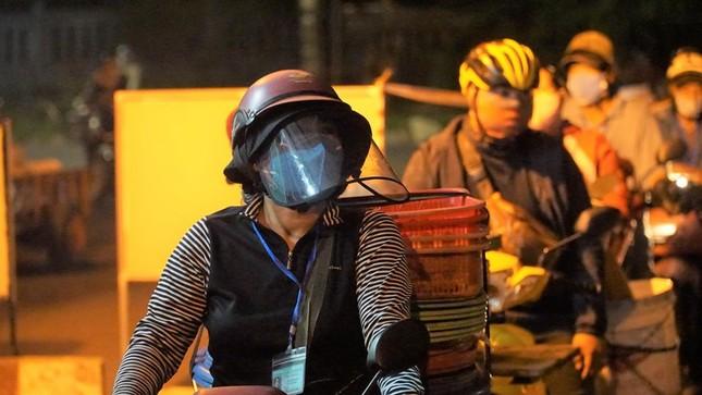 Ngư dân Đà Nẵng xếp hàng 'xuyên đêm' chờ lấy mẫu xét nghiệm ảnh 8