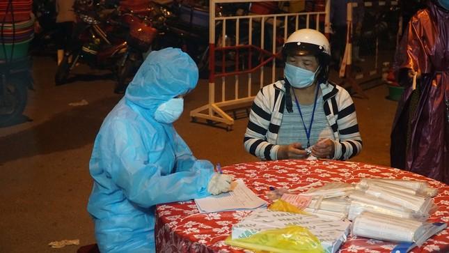 Ngư dân Đà Nẵng xếp hàng 'xuyên đêm' chờ lấy mẫu xét nghiệm ảnh 9