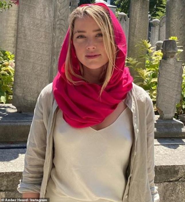 Vợ cũ Johny Depp bị lên án vì phong cách không nội y phản cảm đến nhà thờ Hồi giáo ảnh 1