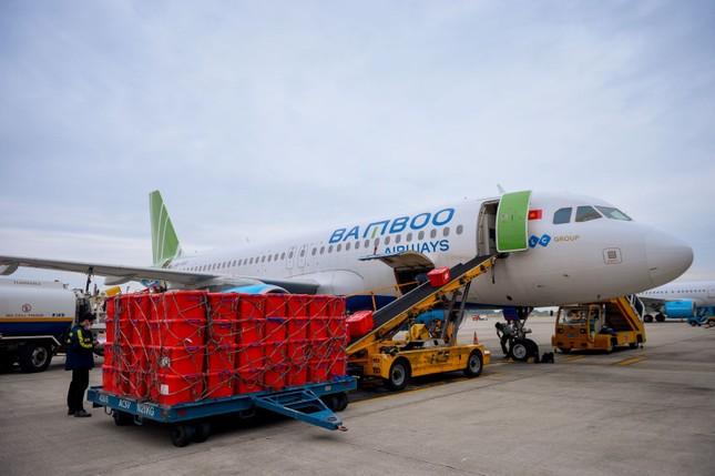 Bamboo Airways cấp tập đưa bác sĩ, hàng hóa y tế vào hỗ trợ đồng bào miền Trung ảnh 2