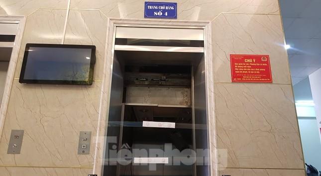 Hiện trường vụ rơi thang máy khiến nhiều người bị thương ở Hà Nội ảnh 3