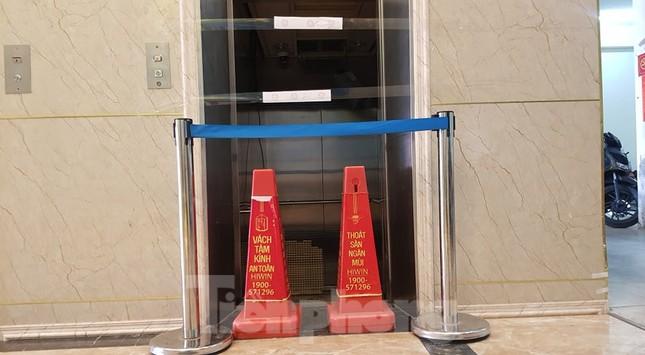 Hiện trường vụ rơi thang máy khiến nhiều người bị thương ở Hà Nội ảnh 4
