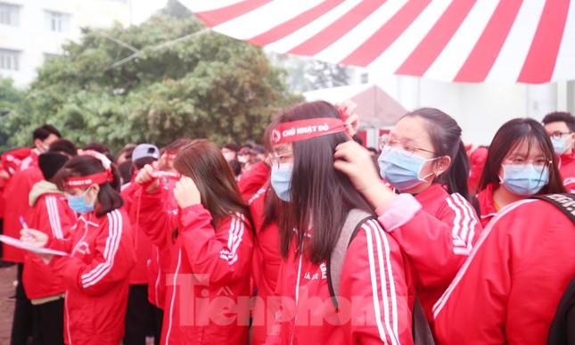 Sinh viên Đại học Bách khoa trước giờ khai hội Chủ nhật Đỏ ảnh 6