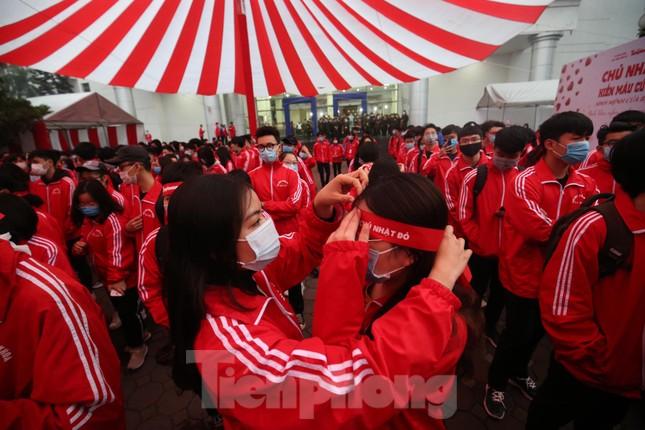 Sinh viên Đại học Bách khoa trước giờ khai hội Chủ nhật Đỏ ảnh 7