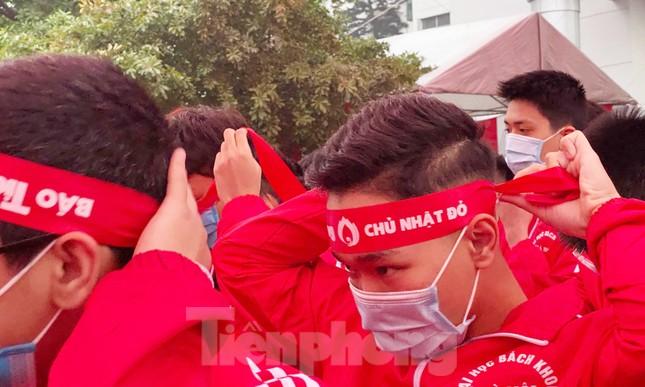 Sinh viên Đại học Bách khoa trước giờ khai hội Chủ nhật Đỏ ảnh 9